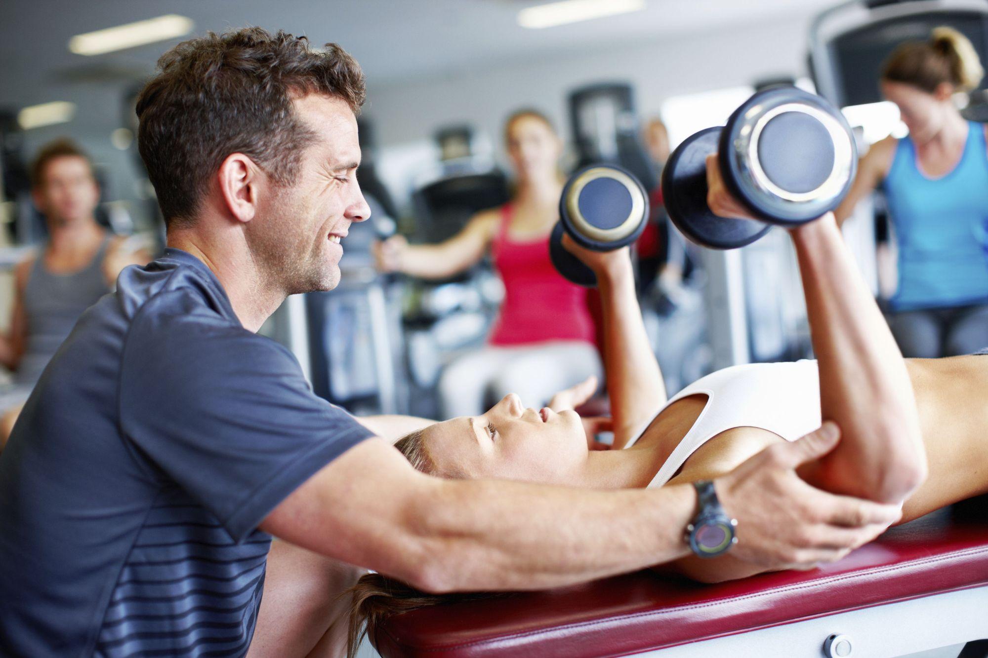 Что делает фитнес тренер?